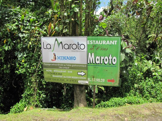 Relais de la Maroto: New and old welcome signs.