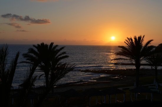 Louis Ledra Beach : View of the sunset from our room, second floor, sea view.