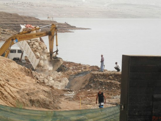 Holiday Inn Resort Dead Sea: Bagger und LKW am Strand