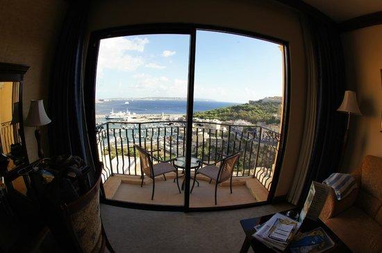 Grand Hotel Gozo: Blick aus dem Zimmer über den Balkon in Richtung Hafen