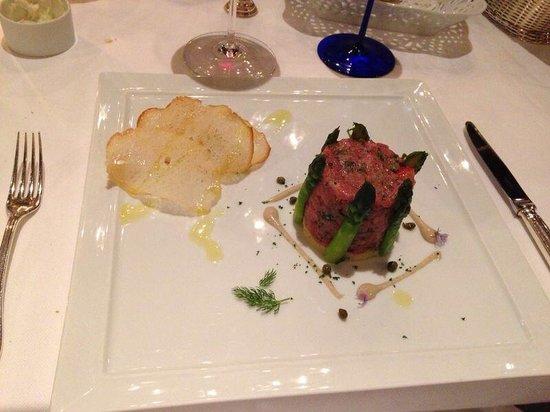 Restaurant Il Desco: Tartara di piemontese, asparagi, patata schiacciata e salsa di alici