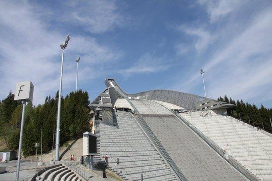Schisprungschanze und Schimuseum am Holmenkollen: Looking up from front