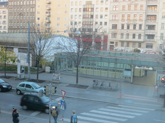 Austria Trend Hotel Ananas: Vista a la Estación de metro Pilgramgasse