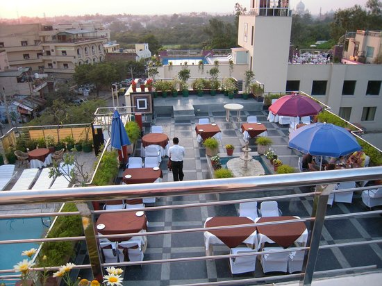 Hotel Taj Resorts: Rooftop Restaurant with view of Taj Mahal