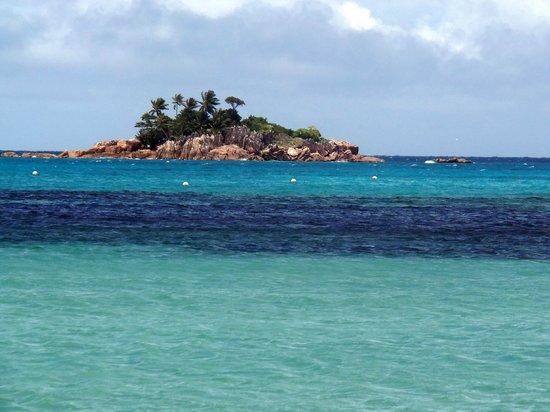 Le Duc de Praslin : Vue de la plage de l'hôtel sur l'îlot Saint Pierre