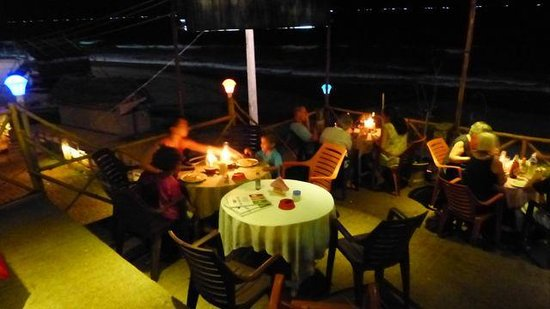 Varkala Marine Palace : une partie du restaurant. En plein air