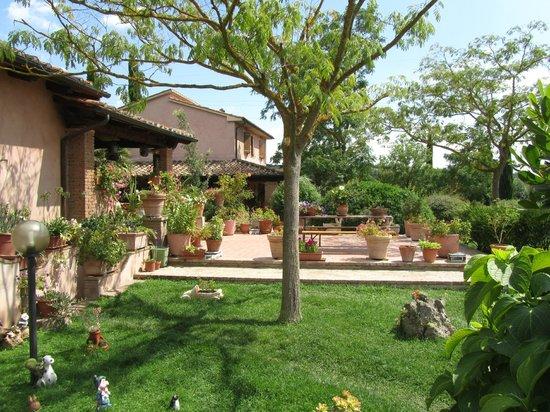 Agriturismo da Lorena: Ampio giardino con tavoli e panche