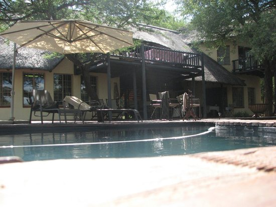 Mvuradona Safari Lodge: Swimming pool with the lodge on the background