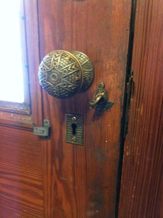 Shamrock Thistle & Crown Bed and Breakfast : Old door knob fixture in main house