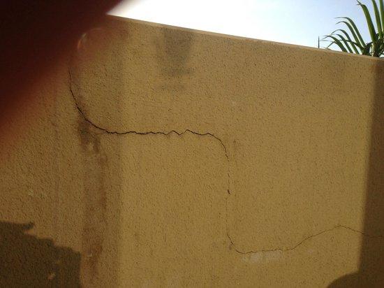 La Palma Princess & Teneguia Princess: Cracked Balcony wall