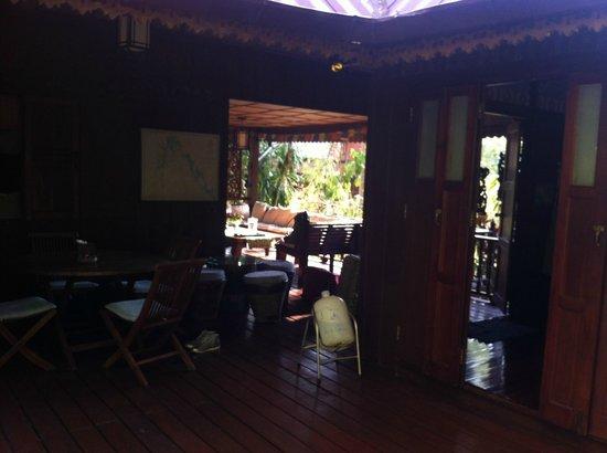 Railei Beach Club: Espacio entre la habitacion y el salón cocina