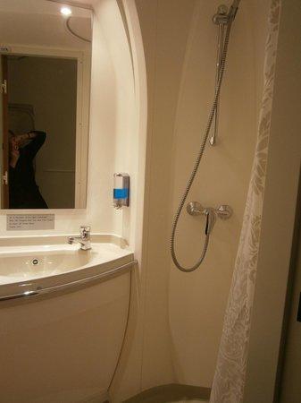 Jumbo Stay: shower in blackbox