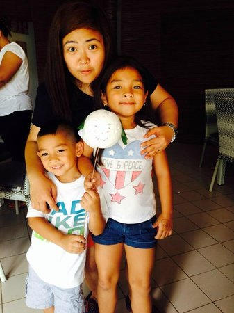 the Club Ten Beach Resort Boracay: with intelligent and smart  mulan and gates my playmates :) children of the owner :)