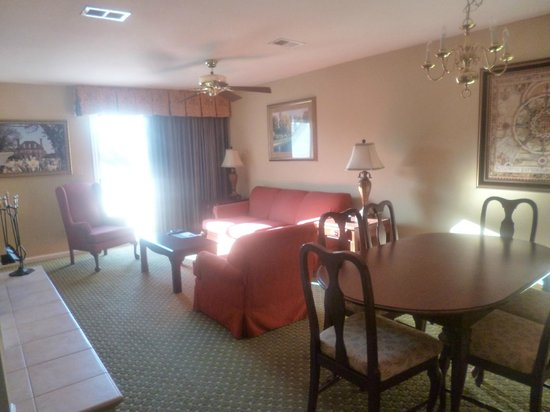 The Historic Powhatan Resort : Living room and bar leading to the deck over a pond and dining room