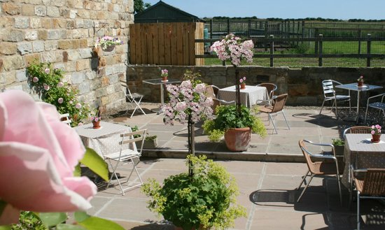 The Barn Cafe Bistro: Beautiful patio courtyard
