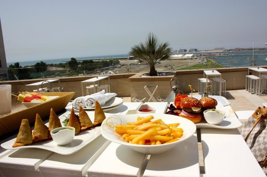 Grosvenor House Dubai: Siddharta Lounge overlooking Skydive Dubai