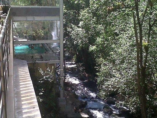 Mision Grand Valle de Bravo: Del lado izquierdo, la alberca. Del lado derecho bosque y cascada.