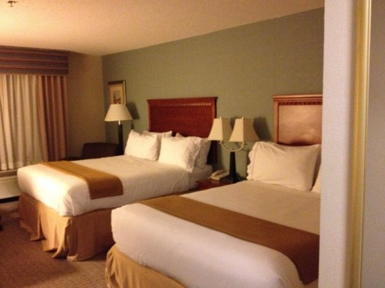 Hampton Inn Covington : Comfy beds,  choice of firm or soft pillows.  Very impressed!
