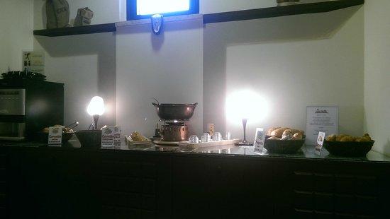 Etruscan Chocohotel: Una parte della colazione..