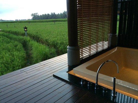 The Chedi Club Tanah Gajah, Ubud, Bali – a GHM hotel: The bath tub of the spa room
