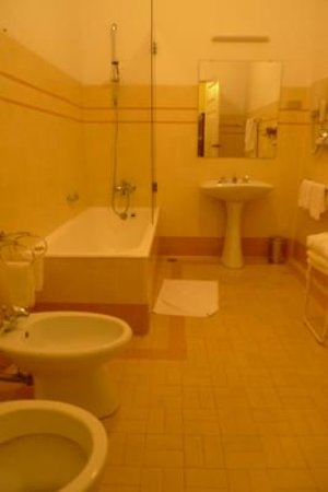 Bussaco Palace Hotel: large bathroom