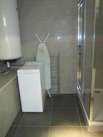 Le 32 : Bathroom (incl. ironing board, washing machine)