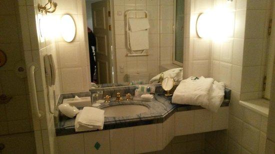 MJ's Hotel: Välutrustat badrum med lyxkänsla