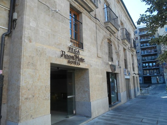Room Mate Vega: Entrada al hotel con fachada de piedra