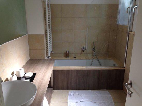 Colleverde Country House: Uno scorcio del bagno...P.S. L'asciugamano in terra l'abbiamo messo noi! ;)