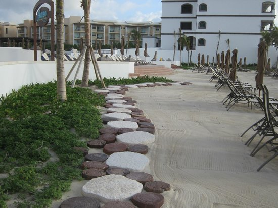 Grand Residences Riviera Cancun : Steps leading from the outdoor shower to the pool area
