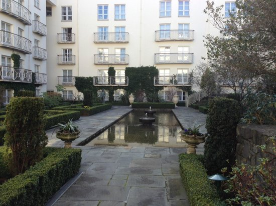 The Merrion Hotel: Beautiful view of the garden area