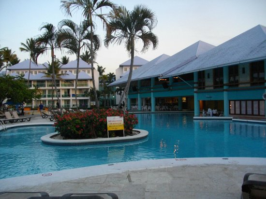 Grand Paradise Playa Dorada : Le bar dans la piscine