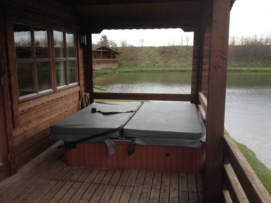 Dacre Lakeside Park: Hot tub in lodge 4