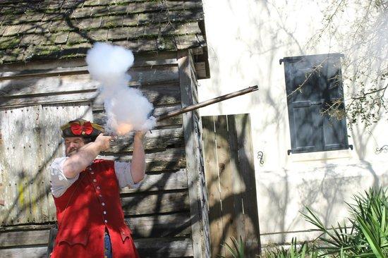 Colonial Quarter: Cool live gun display