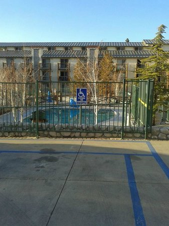 The Lodge at Big Bear Lake, a Holiday Inn Resort: Pool an jacuzzi