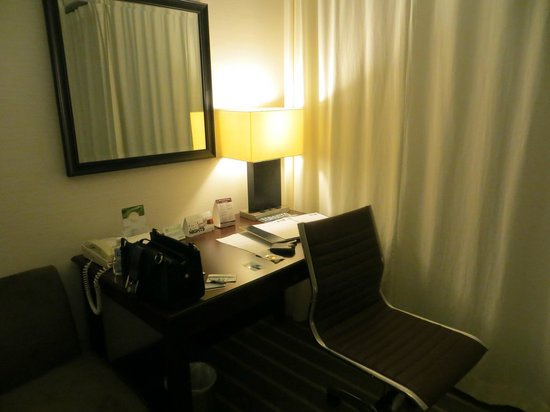 Radisson Admiral Toronto Harbourfront : desk area