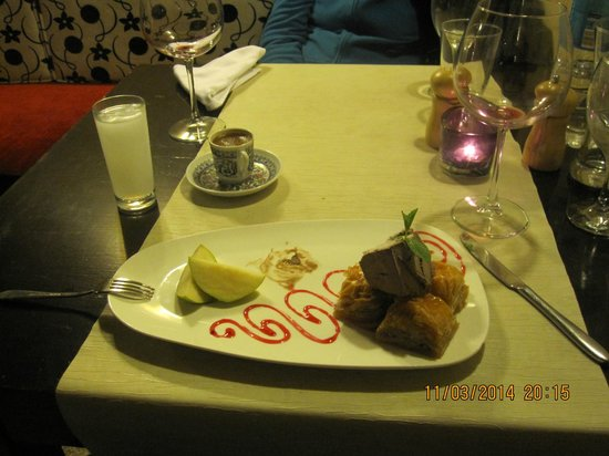 Otantik Restaurant & Winehouse : Dessert icecream, fruit and baclava.
