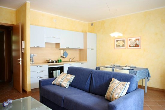 Residence Gardazzurro: kitchen and sofa bed