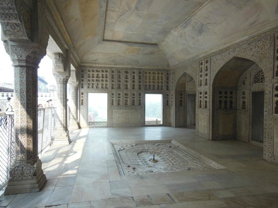 Rotes Fort: A porch adjacent to the Khas Mahal with more marble work.