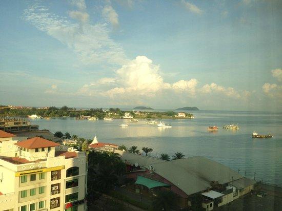 Le Meridien Kota Kinabalu: Вид из номера на море