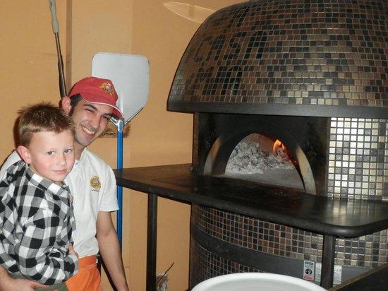 A Casa Mia: Very friendly pizza chef!