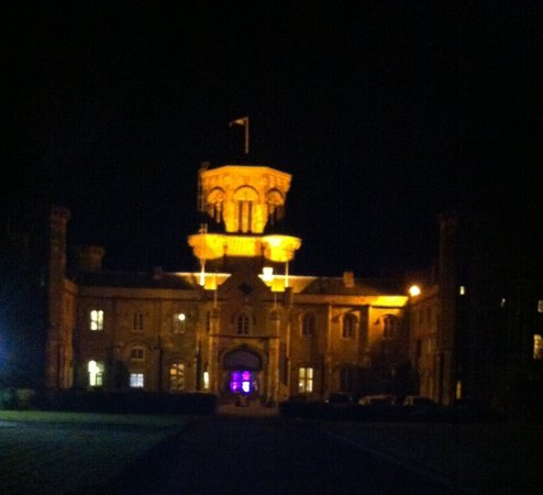 Studley Castle Hotel and Conference Centre: Impressive Night view