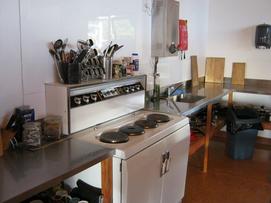 Bob and Maxine's Backpackers: Kitchen lhs