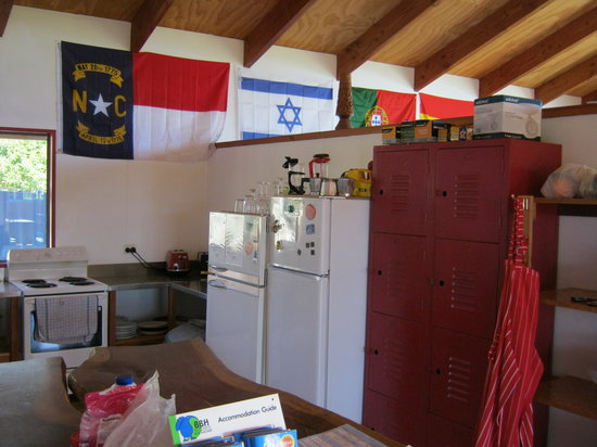 Bob and Maxine's Backpackers: Kitchen rhs