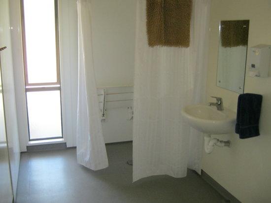 Bob and Maxine's Backpackers: Disabled bathroom
