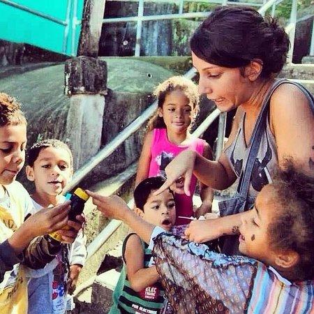 favela santa marta tour as crianas brincando com os turistas