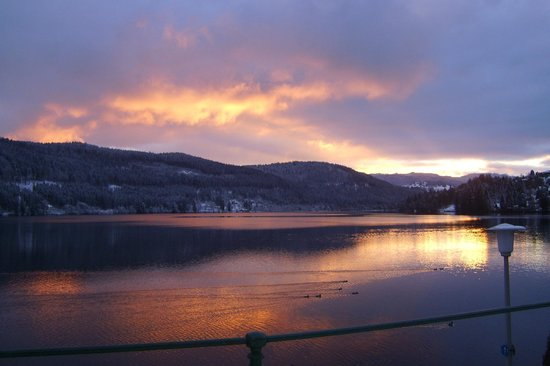 Maritim TitiseeHotel: Sunset on Lake Titisee that the hotel is on
