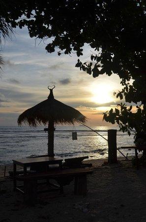 Coco Lanta Resort: Coucher de soleil sur la plage