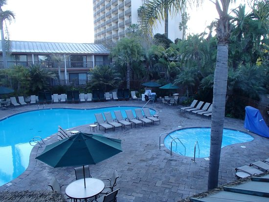 Catamaran Resort Hotel and Spa : nice pool and hottub with a great Tiki Bar and Pool Side service