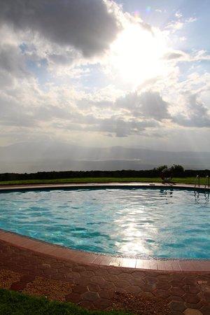 Ngorongoro Sopa Lodge: Pool area overlooking the crater